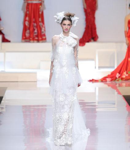 线条剪裁与婚纱结合