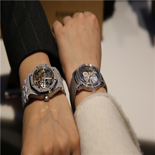 爱彼 左:皇家橡树系列双摆轮镂空腕表 右:爱彼千禧系列女装腕表