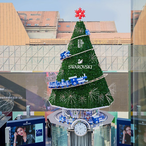 双城闪耀 点亮冬日璀璨 2018施华洛世奇「璀璨圣诞树」携手品牌大使江疏影 开启帝都亮灯仪式