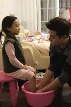 贾乃亮为女儿洗脚