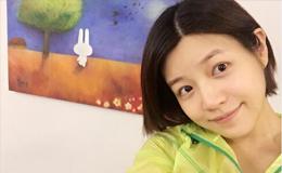 陈妍希挺孕肚买粉色婴儿服
