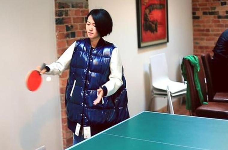 谭维维反手握拍打乒乓球 为中国奥运健儿打气